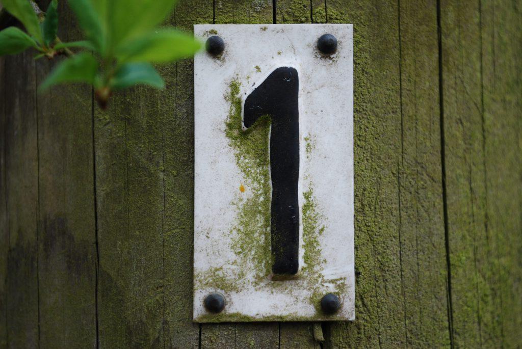 porte en bois et numéro de maison