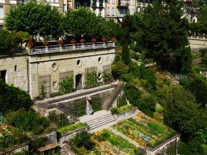 Les jardins en pente d'une grande maison