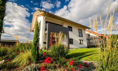 Maison moderne vue depuis son grand jardin