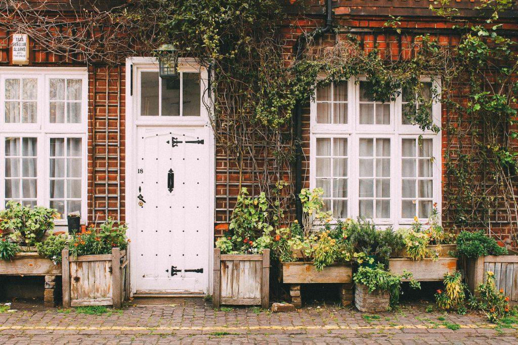 Le devant d'une maison avec une porte blanche