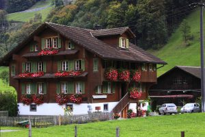 chalet de montagne en été avec fleurs aux balcons