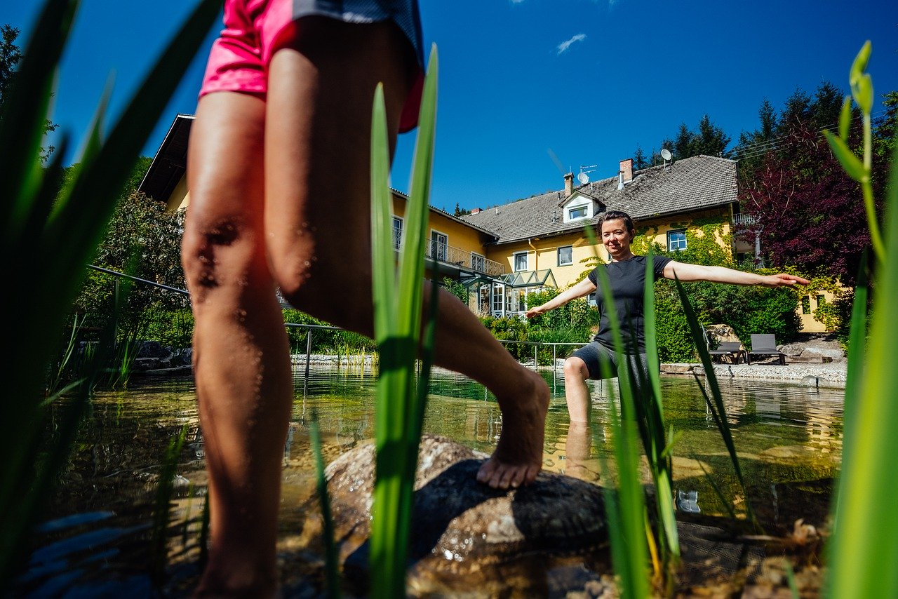 Traversée d'une piscine bilogique et naturelle
